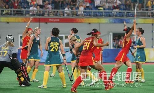 图文:女曲中国2-2澳大利亚 女曲姑娘们庆祝