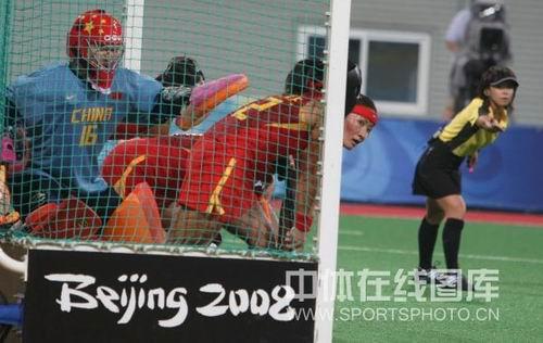 图文:女曲中国2-2澳大利亚 替补席球员冲出来