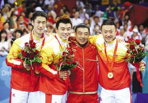 王励勤(左一)、王皓(左二)、马琳(右)夺冠后与教练刘国梁欢庆 新华社发