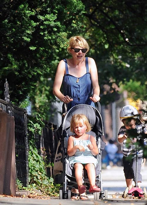 威廉姆斯带着女儿在公园游玩 小家伙表情落寞