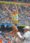 图文:女子跳远及格赛赛况 张开双臂翱翔空中