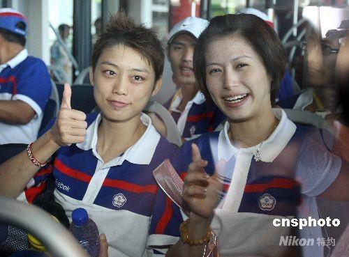 8月15日,奥运中华台北跆拳道代表队抵达北京,名将苏丽文(左)和杨淑君(右)两人隔着车窗向媒体致意。 中新社发 CNAsports 摄