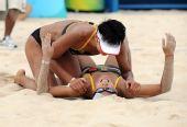 图文:沙排女子半决赛中国德比 幸福的倒地