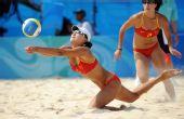 图文:沙排女子半决赛中国德比 薛晨/张希救球