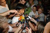 图文:保加利亚女子赛艇奥运冠军回国 备受追捧