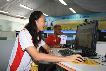 张宁在联想网吧体验上网乐趣