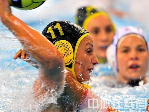 图文:女子水球半决赛美国晋级  发起攻势