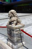 图文:奥运村石狮子成为景观 吸引各国友人留影