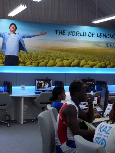 罗伯斯在轻松的上网,而他身后的刘翔已经退出了北京奥运会