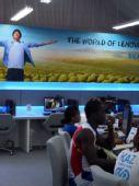 图文:运动员钟爱奥运村网吧 看比赛上网两不误