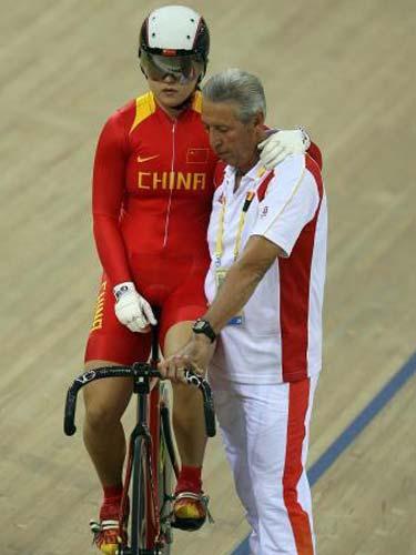 图文:自行车争先赛郭爽犯规无缘决赛 拥抱教练