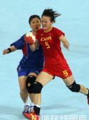 图文:女手1/4决赛中国负韩国 双方争球