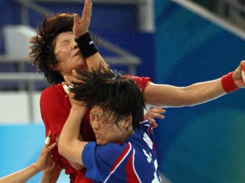 图文:女手1/4决赛中国负韩国 奋力拼抢