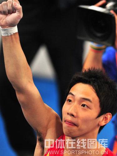 图文:体操单杠决赛邹凯勇夺金牌 握拳庆祝