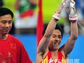 图文:体操单杠决赛邹凯勇夺金牌 高举双臂