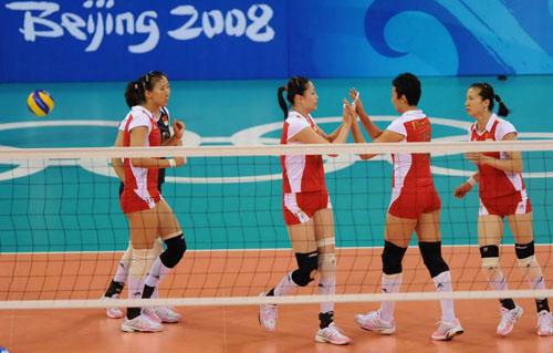 图文:中国女排VS俄罗斯 庆祝得分
