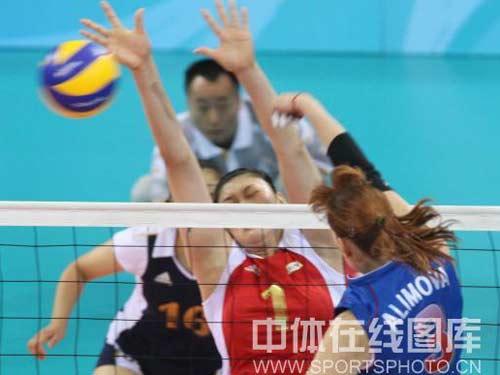 图文:女排1/4决赛中国vs俄罗斯 王一梅防守