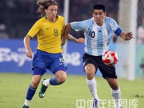 图文:男足半决赛巴西vs阿根廷 双方势均力敌