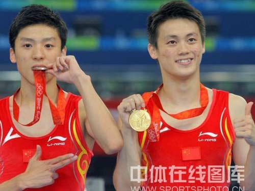 图文:男子蹦床陆春龙夺冠 站在领奖台上