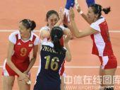 图文:女排1/4决赛中国完胜俄罗斯 击掌欢庆
