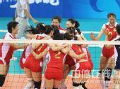 图文:女排1/4决赛中国完胜俄罗斯 抱成一团