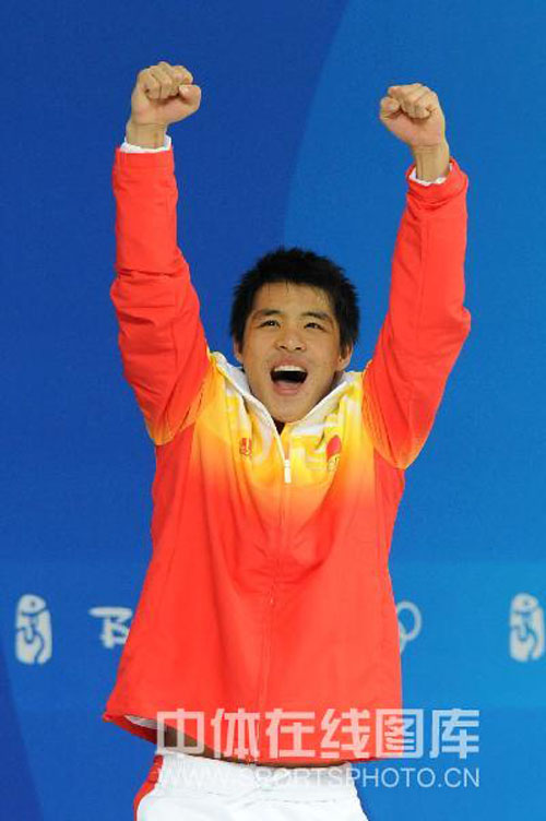 图文:何冲夺得男子3米跳板冠军 振臂高呼