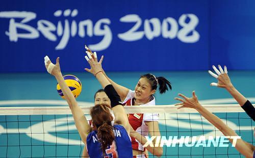 8月19日,中国女排队员赵蕊蕊(右)在比赛中扣球。当日,在北京奥运会女子排球1/4决赛中,中国队3比0胜俄罗斯队,晋级四强。新华社记者王建华摄