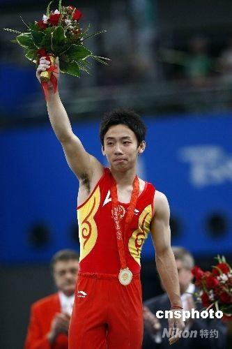 在8月19日晚进行的奥运会体操男子单杠比赛中,中国选手邹凯以16.200分夺得金牌。这也是邹凯继男团和自由体操之后,在本届奥运会上夺得的第三枚金牌。至此,中国体操队在北京奥运会上夺得了全部14枚金牌中的9枚。 中新社发 盛佳鹏 摄