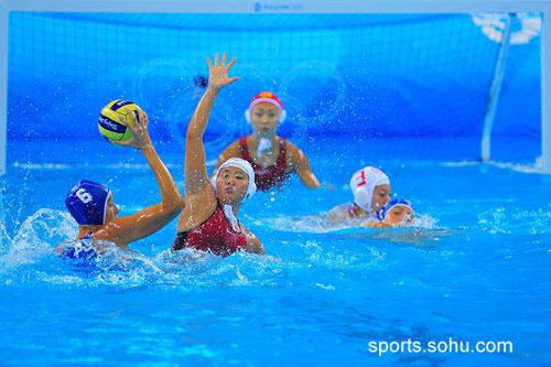图文:女子水球中国胜意大利获第五互不相让圆皮艇漂流图片