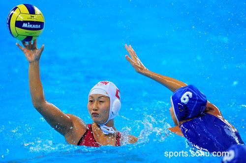图文:女子水球中国胜意大利获第五 左顾右盼