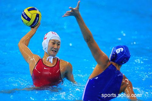 图文:女子水球中国胜意大利获第五 拦截射门