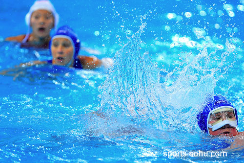 图文:女子水球中国胜意大利获第五 水花溅起