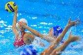 图文:女子水球中国胜意大利获第五 遮住眼睛