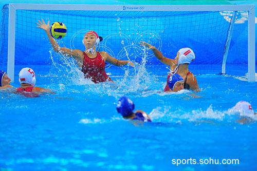 图文:女子水球中国胜意大利获第五 阻挡进球