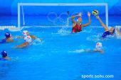图文:女子水球中国胜意大利获第五 大力射门