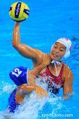 图文:女子水球中国胜意大利获第五 掐住脖子