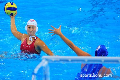 图文:女子水球中国胜意大利获第五 坚毅表情