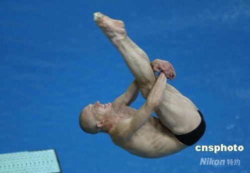 """8月18日,北京奥运会跳水男子3米跳板预赛在国家游泳中心""""水立方""""进行,图为俄罗斯实力派选手萨乌丁。 中新社发 杜洋 摄"""