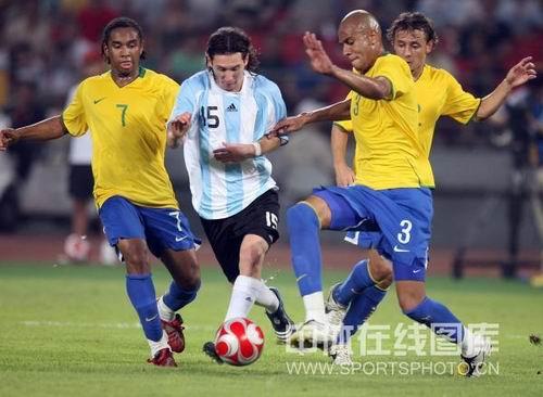 图文:男足半决赛阿根廷胜巴西  梅西遭遇包夹