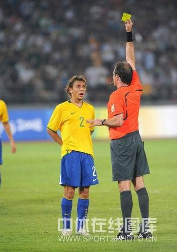 图文:男足半决赛阿根廷胜巴西 裁判出示了黄牌