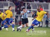 图文:男足半决赛阿根廷胜巴西 里克尔梅倒下了