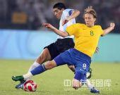 图文:男足半决赛阿根廷胜巴西 里克尔梅抢球中