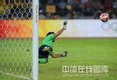 图文:男足半决赛阿根廷胜巴西 门将扑救的瞬间