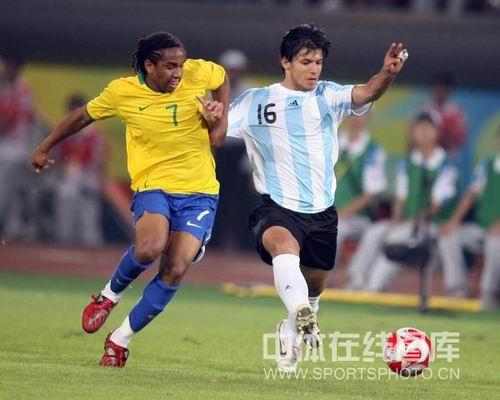 图文:男足半决赛阿根廷胜巴西 阿奎罗在带球中