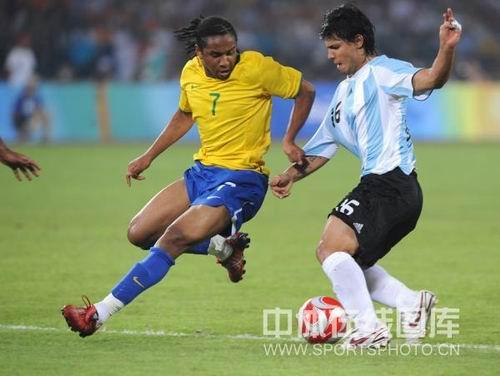 图文:男足半决赛阿根廷胜巴西 阿奎罗过人中