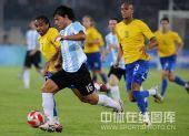 图文:男足半决赛阿根廷胜巴西 阿奎罗高速带球
