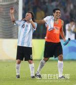 图文:男足半决赛阿根廷胜巴西 高兴的阿根廷人