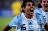 图文:男足半决赛阿根廷胜巴西 高呼的阿奎罗