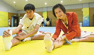 朱木炎(左)和杨淑君昨天在奥运跆拳道馆拉筋暖身准备今天上场