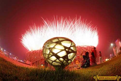 8月8日晚8时,第29届夏季奥林匹克运动会在国家体育场隆重开幕。焰火引爆鸟巢。